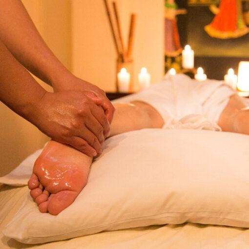 Positive gesundheitliche Wirkungen von Ayurveda-Massagen und Shirodhara (Stirnguss)